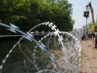 Gardul ridicat de Ungaria la graniţa cu Serbia este inutil. Imigranţii au tăiat sârma ghimpată