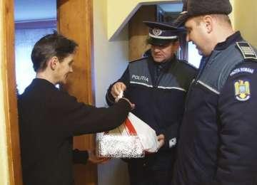 GEST CARITABIL - Poliţiştii sigheteni au ajutat mai multe familii nevoiaşe din municipiu să aibă sărbători mai frumoase