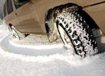 GHIDUL ŞOFERULUI: Anvelopele de iarnă - obligatorii pe drumuri acoperite de zăpadă, gheaţă sau polei