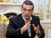 Gigi Becali i-a făcut cadou o ICOANĂ preţioasă preşedintelui Traian Băsescu