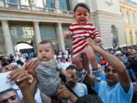Haos în Gara de Est din Budapesta după ce polițiștii s-au retras, iar imigranții încearcă să se îmbarce