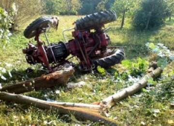 HĂRNICEȘTI - Doi copii răniți, după ce tractorul cu care se deplasau s-a răsturnat