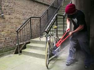 Hoţ de biciclete, prins de poliţişti