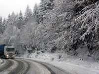 Iarna şi-a intrat în drepturi - Ninge în pasul Tihuţa. Drumarii au intervenit cu 32 de tone de sare
