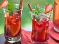 IDEALĂ PENTRU WEEKEND: Sangria cu căpșuni