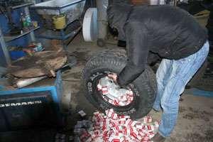 Ţigări ascunse în roţile autoturismului depistate de către Polițiștii de frontieră