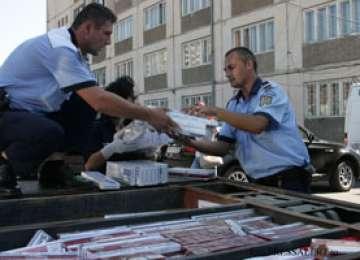 Ţigări de contrabandă descoperite într-un autoturism, confiscate de poliţiştii maramureşeni