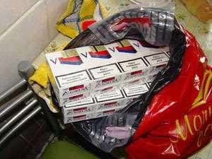 Ţigări şi produse alimentare şi nealimentare confiscate în urma unei percheziţii domiciliare în Maramureş