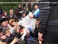 În ajun de Bobotează, sute de credincioşi s-au călcat în picioare pentru DOPURI