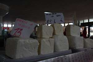 În urma cazurilor multiple de toxiinfecție alimentară, azi au avut loc confiscari masive de brânză în piețele din Baia Mare