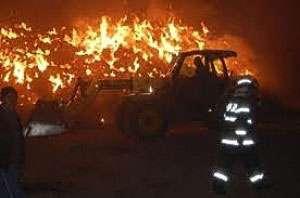 Incendiu pe strada Dobăieș - Un buldoexcavator a luat foc
