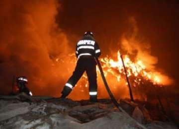 INCENDIU SIGHET: O hală a unei firme de prelucrare a lemnului a fost mistuită de flăcări în această dimineaţă