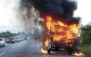 INCENDIU: Un TIR a fost cuprins de flăcări în Pasul Mesteacăn