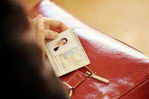 Începând cu 1 aprilie 2014 cetățenii pot opta pentru noua carte de identitate electronică