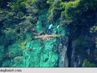 INEDIT: Un chinez a pictat în verde un munte înalt de 900 de metri pentru a îmbunătăți feng-shui-ul