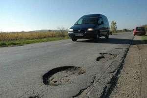 Infrastructura din Maramureş este praf şi pulbere. Autorităţile sunt mulţumite, șoferii nervoși