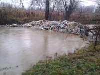 Inundaţiile au scos gunoaiele la vedere