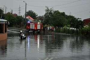 Inundațiile în Galați continuă: Sute de oameni evacuaţi în Valea Mărului din cauza unei viituri