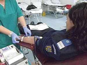 """Jandarmii maramureşeni donează sânge în cadrul campaniei """"Întinde o mână! Salvează o viaţă! Donează sânge!"""""""