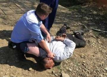 LĂPUŞ – Un şofer beat a sărit la poliţişti după ce a distrus două maşini