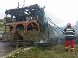 Localnicii din Rozavlea vor să reconstruiască până la finele anului biserica distrusă de flăcări