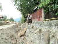 Locuitorii din Văleni, nemulţumiţi de calitatea lucrărilor la drumul Baia-Sprie – Bârsana. Copiii trec printr-un şanţ cu apă pentru a ajunge la şcoală