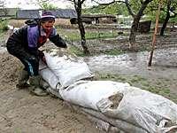 MADE ÎN ROMÂNIA - Sătenii unei comune din Argeş au furat nisipul adus de autorități pentru a-i proteja de inundații
