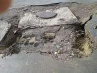 """MADE ÎN SIGHET - În urma """"lucrărilor"""" de apă-canal, o camionetă a căzut într-o groapă în Centrul orașului, după ce asfaltul a cedat sub mașină"""
