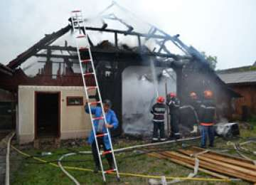 MARAMUREŞ: Acoperişul unei anexe gospodăreşti a ars în totalitate după ce a fost lovit de un trăznet