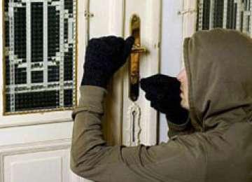MARAMUREŞ: Bărbat arestat preventiv după ce a furat un laptop, o verighetă şi o poşetă cu bani