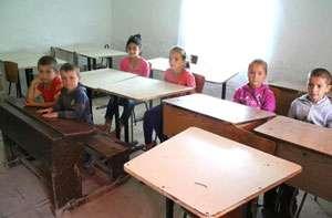 MARAMUREŞ: Copii nevoiţi să înveţe în cămăruţe şi să străbată kilometri întregi pe jos, prin pădure, pentru educaţie
