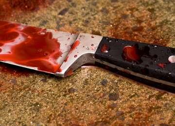 MARAMUREŞ: Femeie urmărită şi înjunghiată de mai multe ori de un individ, cu un cuţit de bucătărie