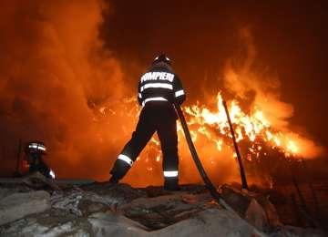 MARAMUREŞ: Incendiu devastator la un depozit