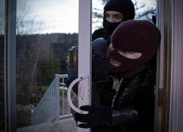 MARAMUREŞ: Opt suspecţi de înşelăciune şi furt au fost prinşi ieri de poliţişti
