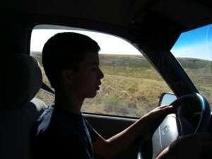 MARAMUREŞ: Un băiat de 13 ani a urcat la volanul unui autoturism şi a produs un accident de circulaţie