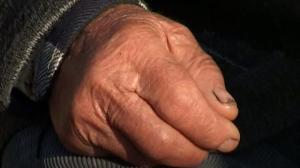 MARAMUREŞ: Un bătrân de 85 de ani a rămas fără bani după ce o femeie a pătruns în locuinţă şi i-a furat economiile