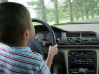 MARAMUREŞ: Un copil de trei ani lăsat nesupravegheat în maşină a pornit autoturismul şi a accidentat o persoană