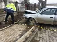 MARAMUREȘ: A accidentat o minoră şi, în fuga de la locul faptei, s-a izbit cu mașina de un gard