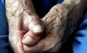 MARAMUREȘ: Bătrân agresat în propria casă de trei indivizi care i-au furat toți banii