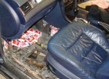 Maramureș: Țigări descoperite de polițiști într-un compartiment special confecționat în podeaua unei mașini