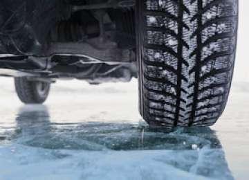MARAMUREȘ: Trei hunedoreni blocați pe un drum acoperit cu gheață au fost salvaţi de poliţişti