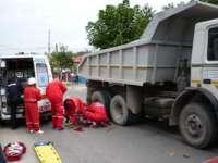 MARAMUREȘ: Un camion plin cu balastru a trecut peste picioarele unui pieton