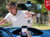 MARAMUREȘ: Un conducător auto, preocupat fiind să-şi găsească telefonul mobil, a accidentat doi pietoni