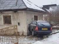 MARAMUREȘ: Un șofer a pierdut controlul volanului și a ajuns cu mașina într-o casă