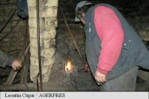 Maramureș: Unul dintre ultimii potcovari, gazdă pentru turiști în fierăria de la marginea drumului