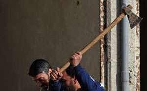 Maramuresean trimis in judecata pentru tentativă de omor şi violare de domiciliu dupa ce a lovit o femeie cu toporul in cap