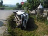 Maramureșeancă rănită după ce un șofer s-a răsturnat cu mașina la Beclean