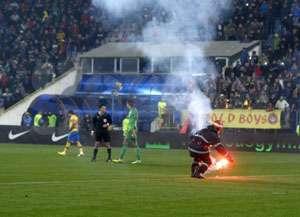 Meciul Steaua Bucureşti - Petrolul Ploieşti a fost întrerupt din cauza torţelor aruncate în teren