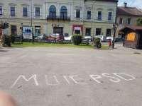 Mesaj anti PSD înscris cu spray pe asfalt în centrul municipiului Sighet