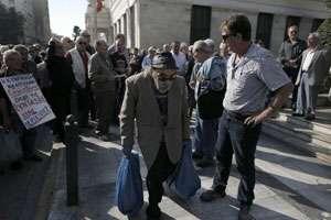 Mii de greci protestează împotriva unor noi măsuri de austeritate; între manifestanți se numără și persoanele cu handicap